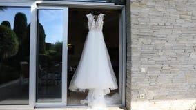 Γαμήλιο φόρεμα σε ένα μανεκέν, άσπρο γαμήλιο φόρεμα σε μια στάση, όμορφο φόρεμα φιλμ μικρού μήκους