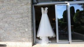 Γαμήλιο φόρεμα σε ένα μανεκέν, άσπρο γαμήλιο φόρεμα σε μια στάση, όμορφο φόρεμα απόθεμα βίντεο