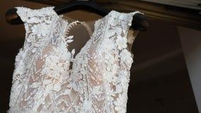 Γαμήλιο φόρεμα σε ένα μανεκέν, δαντέλλα ενός γαμήλιου φορέματος σε ένα μανεκέν, κινηματογράφηση σε πρώτο πλάνο γαμήλιων φορεμάτων φιλμ μικρού μήκους
