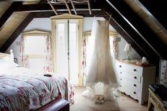 Γαμήλιο φόρεμα στην αγροτική καμπίνα Στοκ Εικόνες