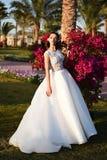 Γαμήλιο φόρεμα στη γυναίκα την άνοιξη ή καλοκαίρι στη χλόη Στοκ Εικόνα