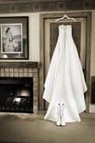 Γαμήλιο φόρεμα στο αγροτικό δωμάτιο Στοκ εικόνες με δικαίωμα ελεύθερης χρήσης