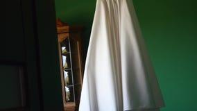 Γαμήλιο φόρεμα στο δωμάτιο Πυροβοληθείς στη φάση ένα σύστημα ψηφιακών κάμερα απόθεμα βίντεο