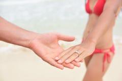 Γαμήλια έννοια παραλιών Newlyweds - κινηματογράφηση σε πρώτο πλάνο των δαχτυλιδιών Στοκ Εικόνες