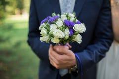 Γαμήλια ανθοδέσμη λαβής νεόνυμφων υπό εξέταση Στοκ Εικόνες