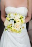 Γαμήλια ανθοδέσμη εκμετάλλευσης νυφών Στοκ εικόνα με δικαίωμα ελεύθερης χρήσης