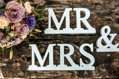 Γαμήλια ανθοδέσμη και δαχτυλίδια στην ξύλινη επιφάνεια Στοκ Φωτογραφία