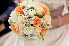 Γαμήλια ανθοδέσμη κρητιδογραφιών με τα πορτοκαλιά τριαντάφυλλα στα χέρια Στοκ εικόνα με δικαίωμα ελεύθερης χρήσης