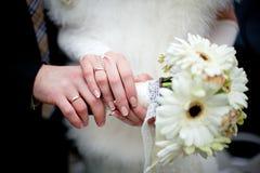 Γαμήλια ανθοδέσμη κρητιδογραφιών με τα τριαντάφυλλα στα χέρια Στοκ φωτογραφία με δικαίωμα ελεύθερης χρήσης