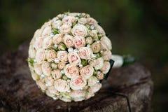 Γαμήλια ανθοδέσμη κρητιδογραφιών με τα τριαντάφυλλα στο ξύλο Στοκ Φωτογραφίες