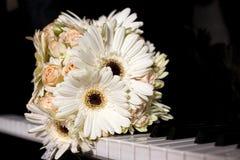 Γαμήλια ανθοδέσμη κρητιδογραφιών με τα τριαντάφυλλα στο πιάνο Στοκ εικόνες με δικαίωμα ελεύθερης χρήσης
