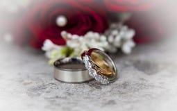 Γαμήλια ανθοδέσμη με τα γαμήλια δαχτυλίδια Στοκ Φωτογραφίες