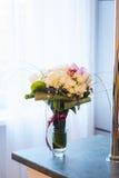 Γαμήλια ανθοδέσμη με τα τριαντάφυλλα που στέκονται σε ένα παράθυρο Στοκ Φωτογραφία