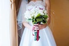 Γαμήλια ανθοδέσμη με τα τριαντάφυλλα που στέκονται στο παράθυρο Στοκ Εικόνες