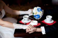 Γαμήλια ανθοδέσμη με τα eustomas και τα χέρια Στοκ φωτογραφίες με δικαίωμα ελεύθερης χρήσης