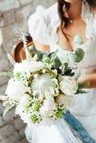 Γαμήλια ανθοδέσμη με τα peonies στα χέρια της νύφης Στοκ Φωτογραφίες