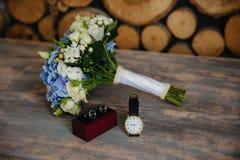 Γαμήλια ανθοδέσμη, νεόνυμφοι wristwatch, μανικετόκουμπα στο γκρίζο υπόβαθρο Έννοια των γαμήλιων εξαρτημάτων στοκ εικόνες