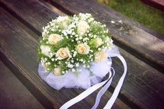 Γαμήλια ανθοδέσμη σε έναν ξύλινο πάγκο Στοκ φωτογραφία με δικαίωμα ελεύθερης χρήσης