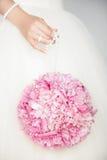 Γαμήλια ανθοδέσμη στα χέρια της νύφης Στοκ Εικόνες