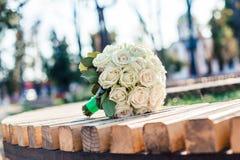 Γαμήλια ανθοδέσμη στον πάγκο στοκ φωτογραφίες με δικαίωμα ελεύθερης χρήσης