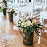 Γαμήλια ανθοδέσμη στο βάζο ξυλείας στο πάτωμα στη θέση τελετής Στοκ φωτογραφίες με δικαίωμα ελεύθερης χρήσης