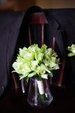 Γαμήλια ανθοδέσμη στο πράσινο βάζο στην καρέκλα Στοκ Φωτογραφίες