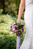 γαμήλια ανθοδέσμη στο χέρι της νύφης Στοκ Εικόνα