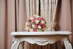 Γαμήλια ανθοδέσμη της νύφης - τα ζωηρόχρωμα λουλούδια οδοντώνουν, άσπρα τριαντάφυλλα στον πίνακα στο γάμο Στοκ φωτογραφίες με δικαίωμα ελεύθερης χρήσης