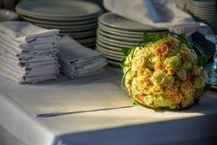 Γαμήλια ανθοδέσμη της νύφης - τα ζωηρόχρωμα λουλούδια οδοντώνουν, άσπρα τριαντάφυλλα και κίτρινο freesia στον πίνακα στη θερινή η Στοκ φωτογραφίες με δικαίωμα ελεύθερης χρήσης