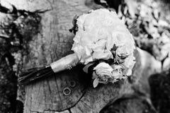 Γαμήλια ανθοδέσμη τρυφερότητας με τα ρόδινα, πορτοκαλιά και άσπρα τριαντάφυλλα & το W Στοκ Εικόνες