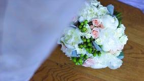 Γαμήλια ανθοδέσμη των άσπρων τριαντάφυλλων σε έναν ξύλινο πίνακα Τοπ όψη φιλμ μικρού μήκους