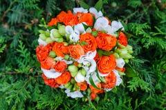 Γαμήλια ανθοδέσμη των κόκκινων και άσπρων τριαντάφυλλων Στοκ φωτογραφία με δικαίωμα ελεύθερης χρήσης