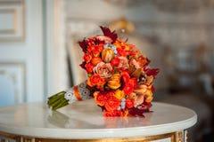 Γαμήλια ανθοδέσμη των τριαντάφυλλων στον πίνακα καθρεφτών Στοκ Φωτογραφία
