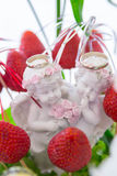 Γαμήλια δαχτυλίδια, γαμήλια δαχτυλίδια στην κινηματογράφηση σε πρώτο πλάνο πιάτων φρούτων Στοκ φωτογραφία με δικαίωμα ελεύθερης χρήσης