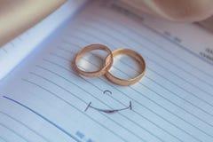 Γαμήλια δαχτυλίδια για τους εραστές στη δέσμευση ή το γάμο στοκ εικόνα με δικαίωμα ελεύθερης χρήσης