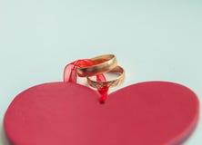 Γαμήλια δαχτυλίδια για τους εραστές στη δέσμευση ή το γάμο στοκ φωτογραφίες