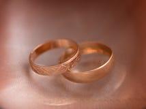Γαμήλια δαχτυλίδια για τους εραστές στη δέσμευση ή το γάμο στοκ φωτογραφία με δικαίωμα ελεύθερης χρήσης
