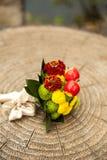 Γαμήλια δαχτυλίδια και δέσμη λουλουδιών νυφών Στοκ φωτογραφία με δικαίωμα ελεύθερης χρήσης