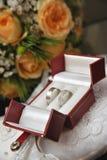 Γαμήλια δαχτυλίδια και λουλούδια Στοκ Φωτογραφίες
