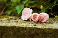 Γαμήλια δαχτυλίδια και λουλούδια Στοκ Εικόνες
