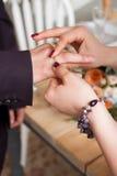 Γαμήλια δαχτυλίδια και χέρια της νύφης και του νεόνυμφου νέο γαμήλιο ζεύγος στην τελετή matrimony Άνδρας και γυναίκα ερωτευμένοι  Στοκ φωτογραφία με δικαίωμα ελεύθερης χρήσης