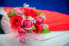 Γαμήλια δαχτυλίδια κοσμήματος με τα λουλούδια στοκ φωτογραφία