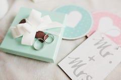 Γαμήλια δαχτυλίδια με έναν τρύγο dekorative Στοκ εικόνα με δικαίωμα ελεύθερης χρήσης