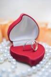 Γαμήλια δαχτυλίδια με τα διαμάντια σε ένα κιβώτιο δώρων Στοκ εικόνα με δικαίωμα ελεύθερης χρήσης