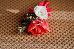 Γαμήλια δαχτυλίδια με τη buttonarray κόκκινη τουλίπα Στοκ Φωτογραφία