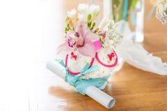 Γαμήλια δαχτυλίδια με τη floral διακόσμηση Στοκ εικόνα με δικαίωμα ελεύθερης χρήσης