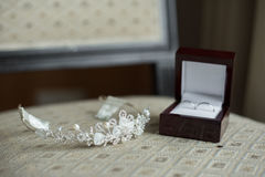Γαμήλια δαχτυλίδια σε ένα καφετί κιβώτιο και μια κορώνα Στοκ Φωτογραφίες