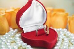 Γαμήλια δαχτυλίδια σε ένα κιβώτιο δώρων στα μαργαριτάρια Στοκ φωτογραφία με δικαίωμα ελεύθερης χρήσης