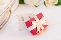 Γαμήλια δαχτυλίδια σε ένα κιβώτιο δώρων Στοκ φωτογραφία με δικαίωμα ελεύθερης χρήσης
