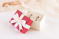 Γαμήλια δαχτυλίδια σε ένα κιβώτιο δώρων Στοκ Φωτογραφίες